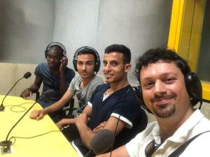 Da sinistra: Emile, Alex, Ahmed e l'allenatore Giuseppe negli studi di Radio Popolare